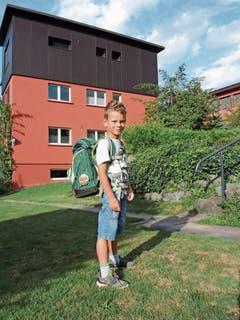 Timo zeigt seinen neuen Schulthek. (Bilder: Bianca Helbling)