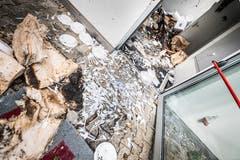 Plastiklöffel sind auf den Boden hinausgeschwemmt worden. (Bild: Andrea Stalder)