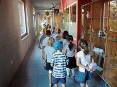 Auf dem Weg in die Znünipause folgt die Klasse der Lehrerin in Zweierkolonne.