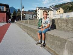 Vor der Schule wartet Timo beim Fussballplatz auf seine Klassenkameraden.