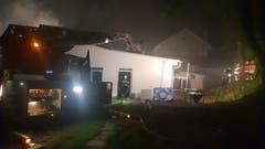 Das Dach musste teils aufgedeckt werden, um alle Glutnester zu löschen. (Bild: Beat Kälin/brk News)
