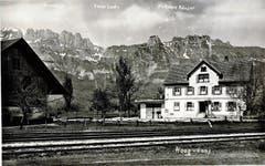 Das damalige Gasthaus zum Bahnhof mit Stallgebäude um das Jahr 1920.