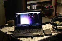 Am Laptop sieht der Mitarbeiter, was es seine Kollegin gerade sieht, und kann so helfen, ohne selber vor Ort zu sein. (Bild: Carmen Epp, 13. August 2018)