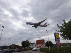 Bei Piste 28-Landungen düsen die Jets praktisch über einen Parkplatz. Das ist sehr aufregend. (Bild: Josef Müller (Kloten, 13. August 2018))