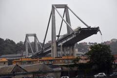 Das Viadukt überquert unter anderem Einkaufszentren, Fabriken, Wohnhäuser, Eisenbahnlinien und den Fluss Polcevera. (Bild: Keystone/Luca Zennaro, 14. August 2018)