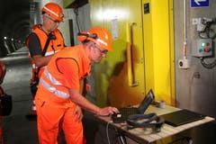 An einem Posten werden neuste Innovationen in Sachen Augmented Reality präsentiert: Ein Mitarbeiter kommuniziert mittels Laptop mit seiner Kollegin, die sich im Tunnel befindet. (Bild: Carmen Epp, 13. August 2018)