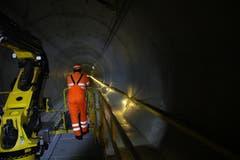 Ein Mitarbeiter fährt mit dem Erhaltungszug im Gotthard-Basistunnel. (Bild: Carmen Epp, 13. August 2018)