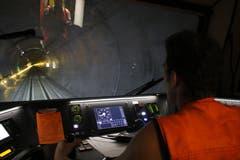 Der Fahrer steuert das Erhaltungsfahrzeug durch den Tunnel. (Bild: Carmen Epp, 13. August 2018)