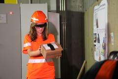 Die Mitarbeiterin erhält mittels einer Brille Hilfestellungen von ihrem Kollegen. (Bild: Carmen Epp, 13. August 2018)
