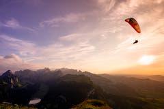 Der letzte Gleitschirmpilot des Tages zieht seine Kurven um den Hohen Kasten. (Bild: Nicolas Giovanettoni)
