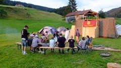 Mitglieder des Cevi Horw bei Sonnenuntergang in Egg SZ. (Bild: Noel)