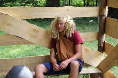 Ein «Dorfbewohner» im Lager der Jungwacht Meggen sitzt im «Gefängnis». (Bild: Pascal Odermatt)