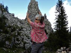 Ein bisschen Spass muss sein! Zugegeben, die Klettertechnik ist sicher noch etwas ausbaufähig. (Bild: Margrith Imhof-Röthlin (Gummenalp, 13. August 2018))