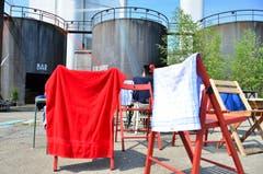 Nasse Kleidung und Tücher hängen zum Trocknen auf; im Hintergrund die alten Heiztanks. (Bild: Max Eichenberger)