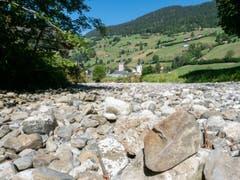 Kurz vor Alt St. Johann ist das Flussbett knochentrocken. Wer hier steht, riskiert keine nassen Füsse. (Bild: Sascha Erni)