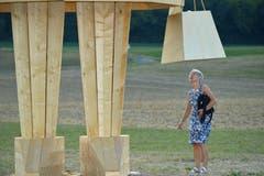 Blick unter den Holzrock: eine Besucherin schaut sich Burnina aus der Nähe an.
