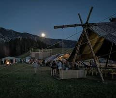 Das Lager der Pfadi Rothenburg wird in Escholzmatt vom Mond beschienen.