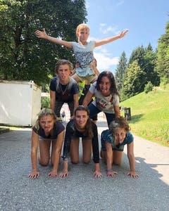 Kinder der Jubla Menznau formen sich zur menschlichen Pyramide.