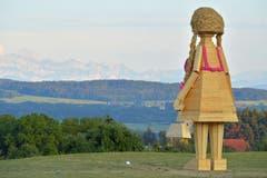 Da war die Schweizerfahne am Säntis noch ganz. Burnina geniesst den Ausblick.