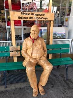 Was hab ich erfunden. Aus Holz geschnitzt sitzt er an der Talstation von der Vitznau Rigibahn. (Bild: Regina Sapin (Vitznau, 20. August 2018))