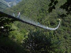 Eindrücklich. Der Ponte Tibetano im Tessin ist mit 270 m Länge und 130 m Höhe eine der längsten Hängebrücken in der Schweiz. (Bild: Hans Scheidegger (Tessin, 16. August 2018))