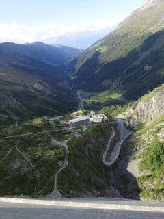 Grande Dixence. Blick aus 2365 Metern Richtung Tal.(Bild: Josef Müller)