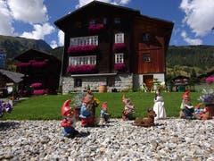 Kleine Märchenfigürchen vor dem Haus. (Bild: Josef Müller)