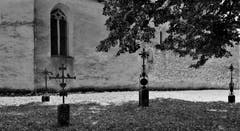 Grabkreuze auf dem ehemaligen Friedhof der Kirche St.Martin auf Kirchbühl. (Bild: André Egli (Sempach, 22. August 2018))
