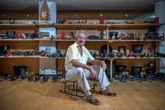 Martin Erni sitzt auf einem kleinen, alten Schlitten in seinem Museum. (Das Bild entstand am Dienstag, 21. August 2018. (Bild: Pius Amrein (21.8.2018))