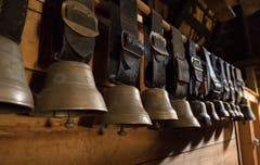 Auf dem Dachstock sind Glocken fein säuberlich aufgehängt. Bild: Corinne Glanzmann (Flühli, 08. August 2018)