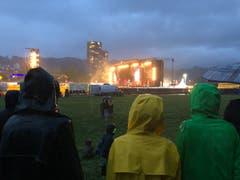 Zaungäste: Bei der Meili-Kaserne schauen sich über 100 Neugierige das Konzert der Toten Hosen von ausserhalb des Open-Air-Geländes an. (Bild: Jérôme Martinu (Luzern, 25. August 2018))