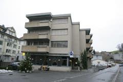 Das damalige Restaurant Riethüsli und der Blick die Riethüslistrasse hinauf zum gewerblichen Berufsschulzentrum, dem Betonbau am rechten Bildrand. (Bild: Philipp Baer - 30. November 2007)