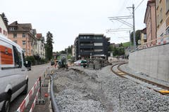 Die gleiche Stelle heute: Die Bahn biegt neu nach rechts ab zur neuen Haltestelle Riethüsli und zum Südportal des Ruckhaldetunnels. Der Freiraum entlang der Teufener Strasse wird 2019 für den Langsamverkehr hergerichtet. (Bild: Reto Voneschen)