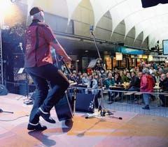 Rolf Plat rockt mit der Blue Shoes Band vor viel Publikum auf der Bühne in der «Gass». (Bild: Bilder: Hansruedi Rohrer)