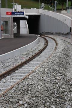 Die neue AB-Hltestelle Riethüsli mit dem Südportal des Ruckhaldetunnels. Die Treppe neben dem Tunnelportal führt hinauf zur Endstation der Stadtbus-Linie 5. (Bild: Reto Voneschen)