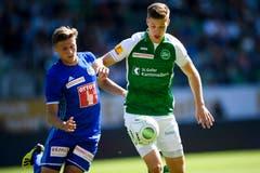 Luzerns Idriz Voca im Duell um dan Ball gegen St. Gallen's Cedric Itten. (Bild: Keystone/Gian Ehrenzeller)