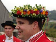 Dieser Treiber zeigt stolz seinen schmucken Strausshut.