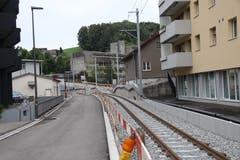 Die neue Bahnlinie durchs Riethüsli: Im Hintergrund rechts ist der Betonbau des gewerblichen Berufschulzentrums zu erkennen. Mit dem Bahnbau wurden auch die Strassennamen neu sortiert: Links der Bahn liegt neu der Riethüsliweg, rechts davon die Riethüslistrasse. (Bild: Reto Voneschen)