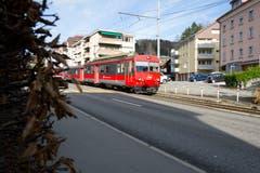 Ein Zug der Appenzeller Bahnen bei der Verzweigung der Teufener- mit der Riethüslistrasse. Neu biegt die Bahn hier in die Riethüslistrasse ein. (Bild: Benjamin Manser - 11. November 2010)