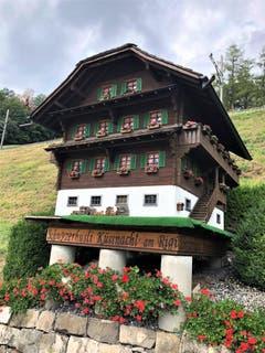 """Ohne Fotografie ist der Moment verloren, als ob es ihn nie gegeben hätte ! Diesem """"mit Liebe gestalteten Mini-Schwyzerhüsli"""" begegnet man in Küssnacht am Rigi. (Bild: Margrith Imhof-Röthlin, 24. August 2018)"""