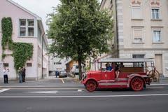 Nach rund 15-minütiger Fahrt von Winkeln her trifft die rote «Helene» beim neuen Feuerwehrmuseum an der Burgstrasse 61 ein. (Bild: Urs Bucher)