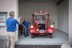Sauber getroffen: «Helene» steht - neben einer alten Handspritze - in ihrer neuen Garage im ehemaligen Gantamt neben der Kreuzung Burg- und Vonwilstrasse. (Bild: Urs Bucher)