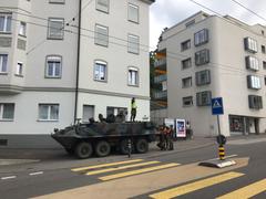 Der beschädigte Bus wurde bereits ins Depot gefahren, nur das Militärfahrzeug steht noch auf der Unfallstelle. (Bild: Raphael Rohner)