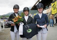 Marina Dutler (Mitte) erritt einen Sieg, Ladina Kleinstein (rechts) den 3. Rang.