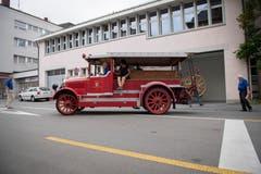 Mitglieder des Nostalgievereins der städtischen Feuerwehr umschwirren die alte Motorspritze. (Bild: Urs Bucher)