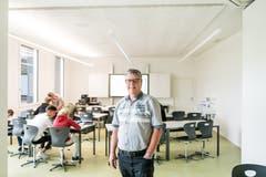 Schulleiter Thomas Küttel in einem neuen Klassenzimmer. (Bild: Roger Grütter, 27. August 2018)