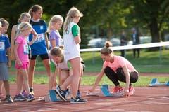 Die Schweizer Sprinterin Ajla Del Ponte (rechts) half beim Setzen der Startblöcke. (Bild: Maria Schmid (Zug, 28. August 2018 ))
