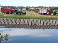 Traktoren stehen bereit für die Maisernte. (Bild: Heinrich Inderbitzin, 28. August 2018)