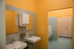 Die farbenfrohen Toiletten. (Bild: Roger Grütter, 27. August 2018)
