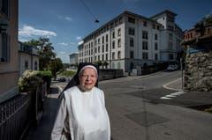 Schwester Klara Maria vor dem ehemaligen Hotel Bellevue in Luzern. (Bild: Pius Amrein (Luzern, 31. Juli 2018))